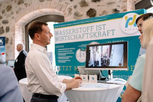 Michael Kretschmer, MinisterpräsidentSachsen, und Prof. Dr. Johanna Wanka, Bundesministerin für Bildung und Forschung a.D., am HYPOS-Stand; Bildnachweis: Sächs. Staatskanzlei